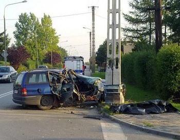 Śmiertelny wypadek w Radomsku. Kierowca opla, który roztrzaskał się o słup trakcyjny, zginął na miejscu.