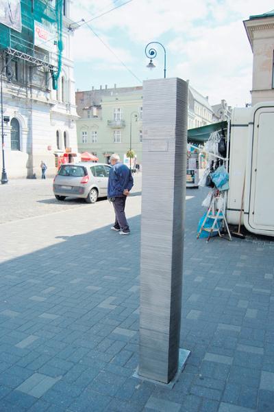 Na tym obelisku pojawi się  dzisiaj nowy element  symbolizujący kolejny  rok Pietryny. <br>