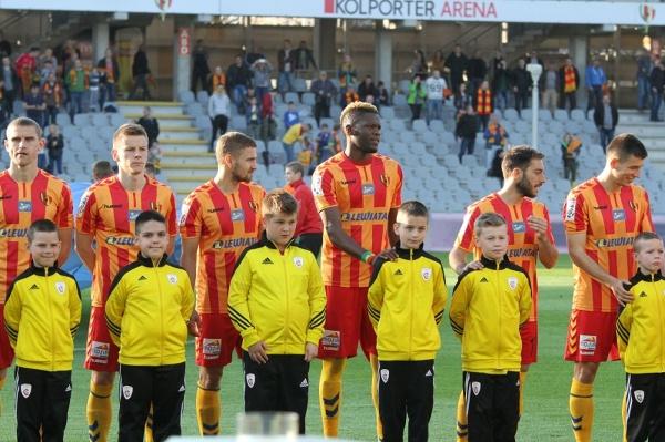 Młodzi piłkarze Dragons United FC na Kolporter Arenie w Kielcach wyprowadzili zawodników Korony Kielce na mecz z Ruchem Chorzów
