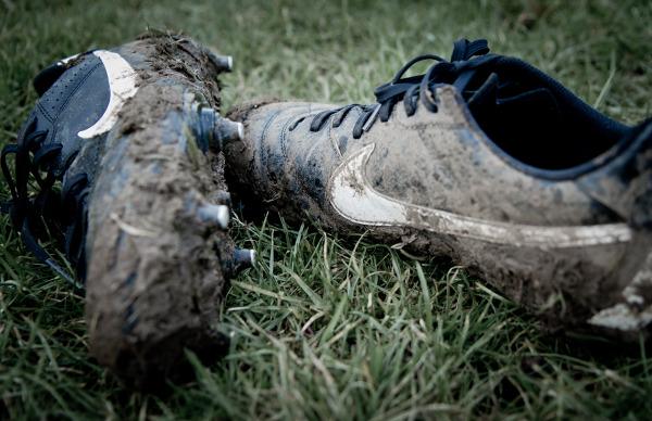 30f362690 Jak czyścić buty piłkarskie: 10 praktycznych wskazówek (PORADNIK, WIDEO)
