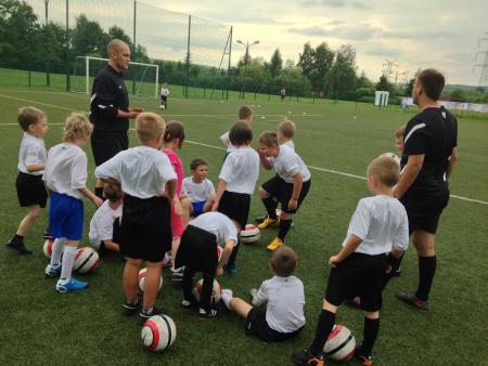 Szkółki piłkarskie oferują różnorodne zajęcia