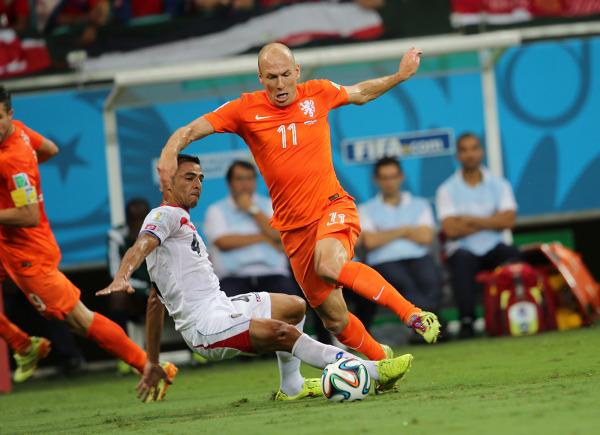 Arjen Robben jest często faulowany przez rywali. Ochraniacze pozwalają mu zmniejszyć ryzyko kontuzji